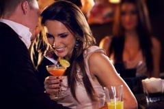 Счастливые пары наслаждаясь партией Стоковая Фотография RF