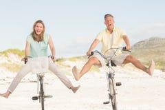 Счастливые пары на езде велосипеда Стоковая Фотография