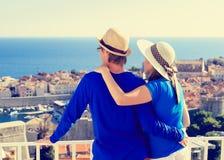 Счастливые пары на каникулах в Европе стоковые изображения rf