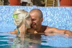 Счастливые пары на каникуле стоковое изображение rf