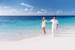 Счастливые пары на пляже Стоковое Изображение RF