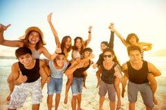 Счастливые пары на пляже Стоковые Фотографии RF
