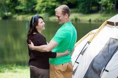 Счастливые пары на располагаться лагерем Стоковая Фотография