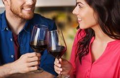 Счастливые пары обедая и вино питья на ресторане Стоковое Изображение RF