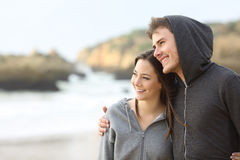 Счастливые пары обнимать подростка Стоковые Изображения RF