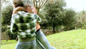 Счастливые пары обнимая замедленное движение в парке видеоматериал