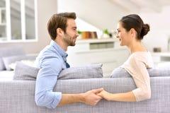 Счастливые пары дома держа их руки Стоковая Фотография RF