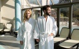 Счастливые пары ослабляя на спа-центре здоровья Стоковые Фото