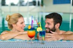 Счастливые пары ослабляя на спа-центре здоровья Стоковое Изображение