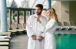 Счастливые пары ослабляя на спа-центре здоровья Стоковые Изображения