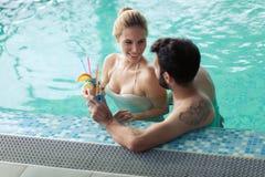 Счастливые пары ослабляя на спа-центре здоровья Стоковая Фотография