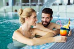 Счастливые пары ослабляя на спа-центре здоровья Стоковые Изображения RF