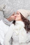 Счастливые пары одели в теплых одеждах в зиме Стоковое фото RF