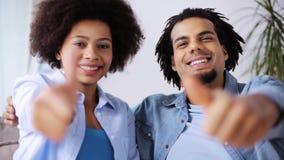 Счастливые пары показывая большие пальцы руки вверх дома акции видеоматериалы
