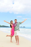 Счастливые пары потехи Гаваи на празднике пляжа в Гаваи стоковые изображения