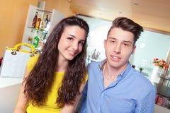 Счастливые пары подростка в баре Стоковое Фото