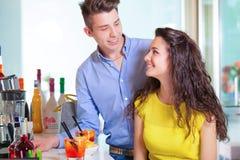 Счастливые пары подростка на счетчике бара Стоковое Фото