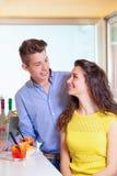 Счастливые пары подростка на счетчике бара Стоковая Фотография RF