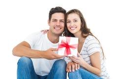 Счастливые пары получая подарок Стоковое фото RF