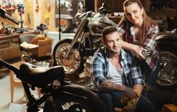 Счастливые пары представляя на камере в гараже Стоковое Изображение RF