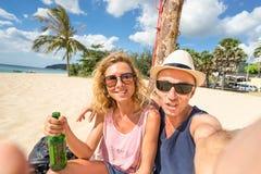 Счастливые пары принимая selfie на пляж - путешествуйте концепция образа жизни стоковое изображение rf
