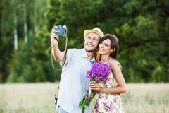 Счастливые пары принимая selfie стоковое изображение