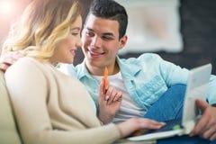 Счастливые пары при кредитная карточка делая онлайн покупки Стоковые Изображения RF
