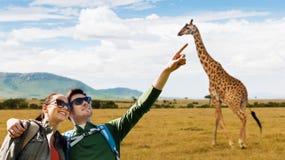 Счастливые пары при рюкзаки путешествуя в Африке Стоковое Изображение RF