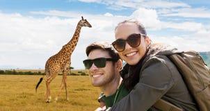 Счастливые пары при рюкзаки путешествуя в Африке Стоковые Фото