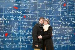 Счастливые пары против я тебя люблю стены Стоковые Изображения RF