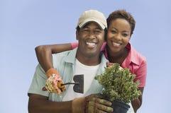 Счастливые пары садовничая совместно Стоковое Изображение