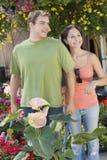 Счастливые пары садовничая с тачкой Стоковое Изображение