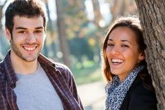 Счастливые пары смеясь над в парке. Стоковые Изображения RF