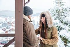 Счастливые пары смеясь над outdoors в зиме Стоковые Фото