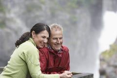 Счастливые пары смотря взгляд Стоковое фото RF