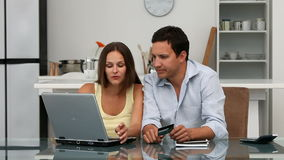 Счастливые пары смотря их хитрость учета онлайн сидя на таблице видеоматериал