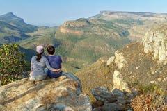 Счастливые пары смотря красивый вид каньона реки Blyde Стоковая Фотография