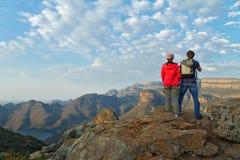 Счастливые пары смотря красивый вид каньона реки Blyde Стоковое Изображение RF