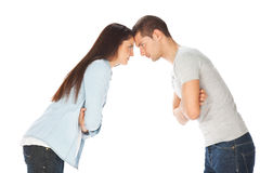 Молодые пары вытаращась на одине другого и пересеченных рукоятках Стоковое Фото