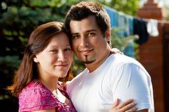 Счастливые пары снаружи стоковая фотография rf
