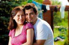 Счастливые пары снаружи стоковое изображение rf
