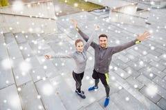 Счастливые пары спортсменов outdoors на улице города Стоковая Фотография