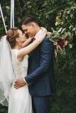 Счастливые пары с лентой около яблони Стоковое Фото