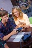 Счастливые пары с камерой Стоковая Фотография RF