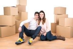 Счастливые пары с коробками стоковые фотографии rf