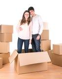 Счастливые пары с коробками стоковые изображения rf