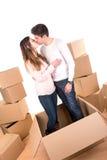 Счастливые пары с коробками стоковая фотография