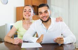 Счастливые пары с документами внутри помещения Стоковое Изображение