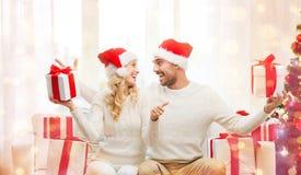 Счастливые пары с подарками и большими пальцами руки рождества вверх Стоковая Фотография RF
