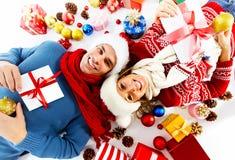 Счастливые пары с подарком на рождество. Стоковая Фотография